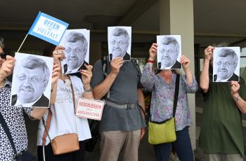 Demonstrators against a right wing march hold portraits of Walter Lübcke.