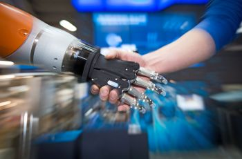 Digitalisation of the working world: humans and robots work hand in hand.