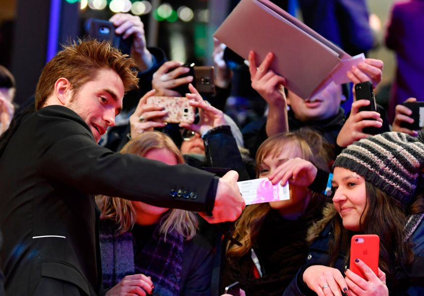 Berlinale 2018: fans besiege actor Robert Pattinson