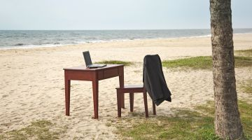 Crowdworking: workplace on the beach.