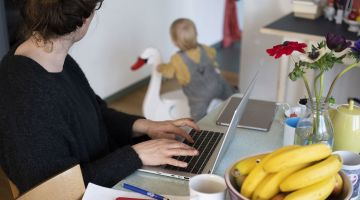 Home office with child (symbolic image).