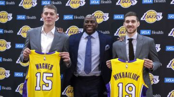 "Moritz Wagner (l.) neben NBA-Legende ""Magic Johnson"""