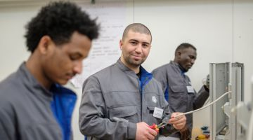 Refugees in a training project in the automobile industry