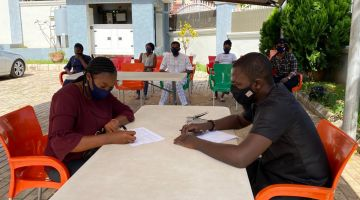 Lagos: outdoor consultation about the coronavirus pandemic.