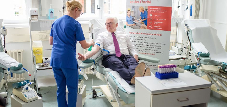 Federal President Steinmeier donates blood at the Charité.