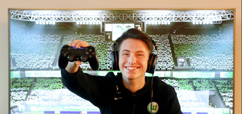 "Esports enthusiast Timo plays the football simulation game ""Fifa""."