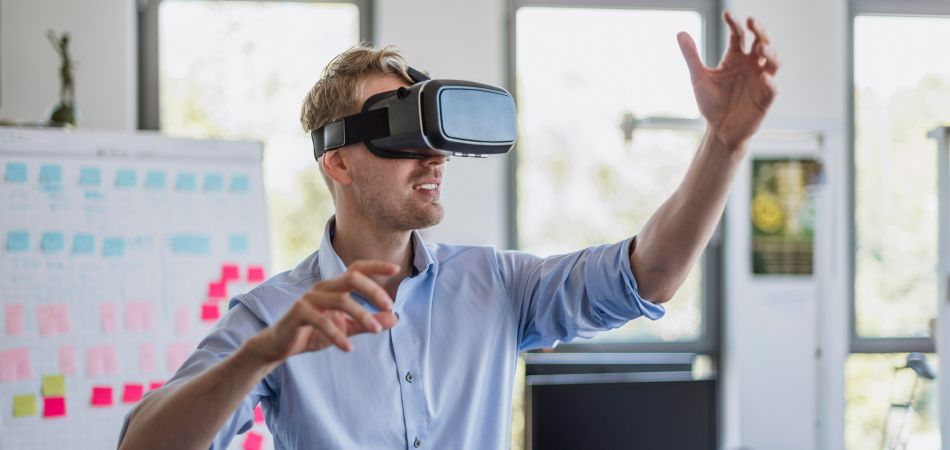 Teaching and studying can also be done wearing VR goggles.