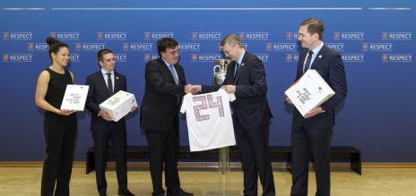 DFB übergibt EM-Bewerbung