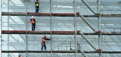 Bauarbeiter auf Gerüst