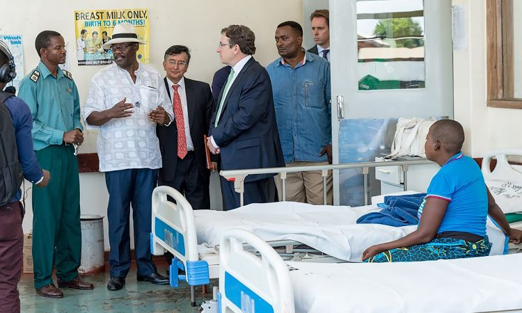 UNDP Administrator Achim Steiner visiting a clinic in Zimbabwe.