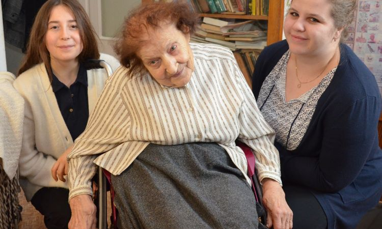 Auschwitz survivor Anna Szałaśna with Ruth Dahlhoff (left) and Juliane Smykalla, volunteers with the Action Reconciliation Service for Peace.