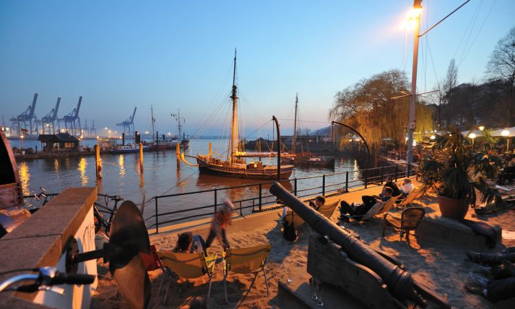 Enjoy the Elbe: sitting on a sandy beach on the banks of the Elbe.