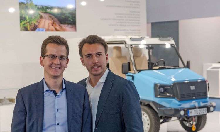 Founders Sascha Koberstaedt and Martin Šoltés in front of the aCar