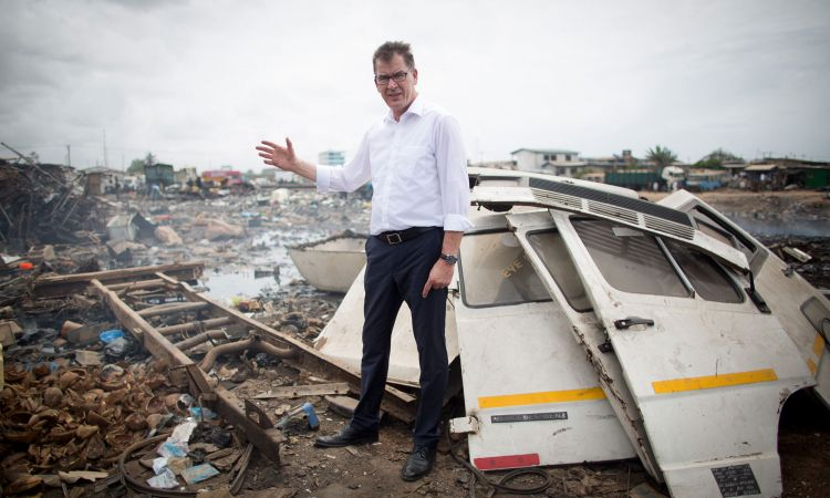 Minister Müller at a scrap yard in Ghana