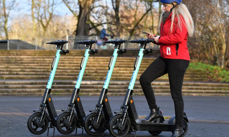 Despite some controversy, e-scooters have established themselves as a means of transportation in the cities.