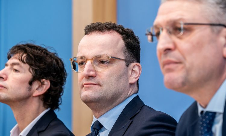 Christian Drosten at a press conference with Jens Spahn, Federal Minister of Health, and Lothar H. Wieler (r.), President of the Robert Koch Institute
