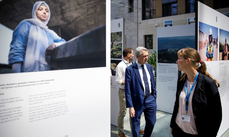 """Filippo Grandi visited the exhibition """"The Other 1 Percent"""" in the German Federal Foreign Office."""