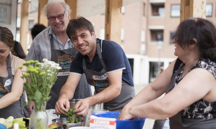 "Integration project ""Kitchen on the Run"": Migrants and their German neighbours get to know each other while cooking together."