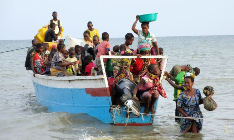 Refugees from the Congo land by boat in Sebagoro, Uganda.