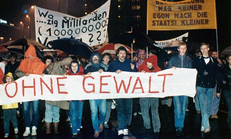 6 November 1989: Democracy is demanded by over 500,000 citizens of Leipzig.