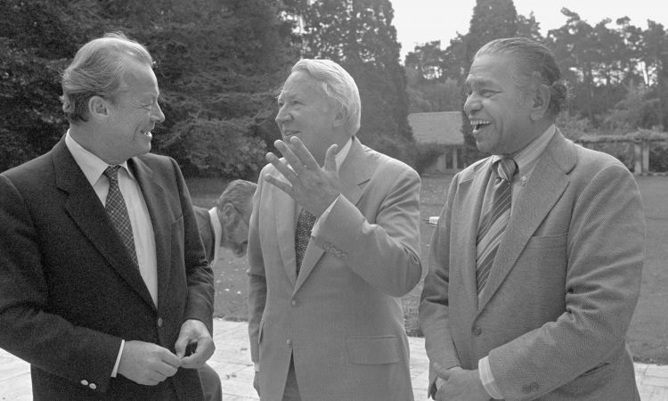 A meeting of the Independent Commission on International Development Issues in Bonn in 1979: Willy Brandt with former British Prime Minister Edward Heath (centre) and Indian Governor Lakshmi Kant Jha (right).