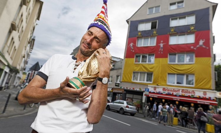 2018 FIFA World Cup: Difficult to miss: football fans live in this building in Cologne!